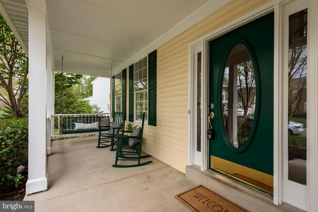 Imagine summers on the porch swing - 20642 OAKENCROFT CT, ASHBURN