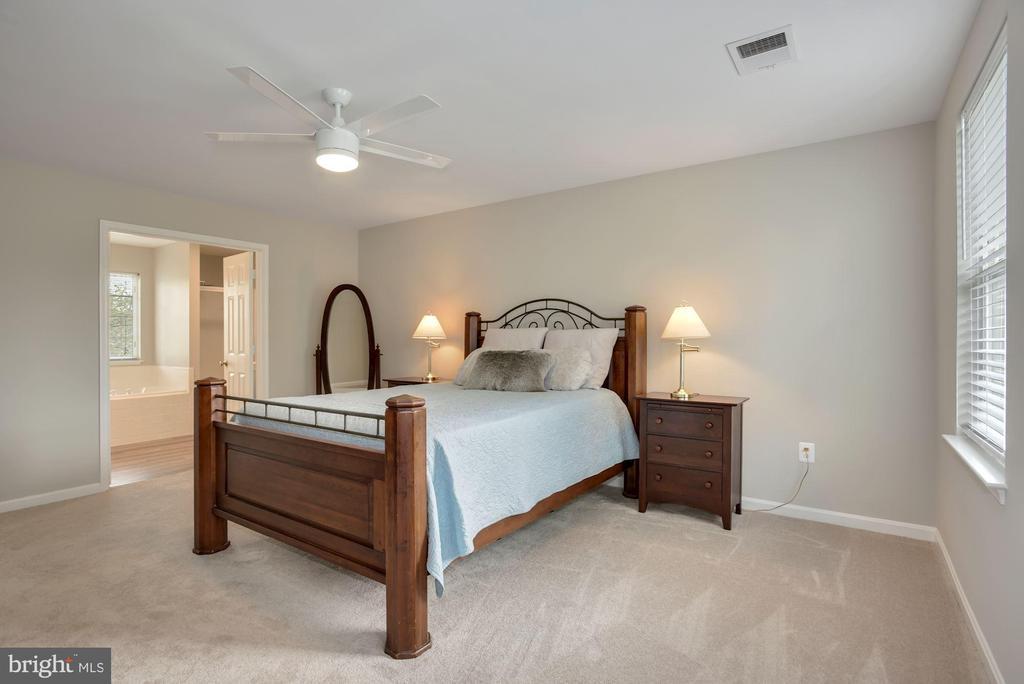 Primary bedroom w/ensuite bath - 20642 OAKENCROFT CT, ASHBURN