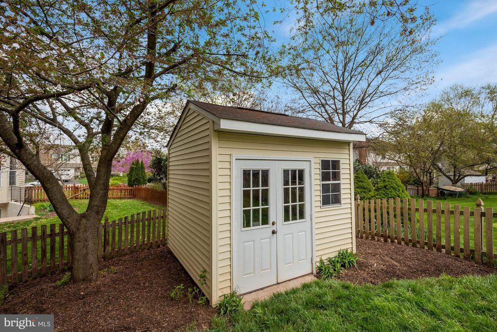 Super cute shed too! - 20642 OAKENCROFT CT, ASHBURN