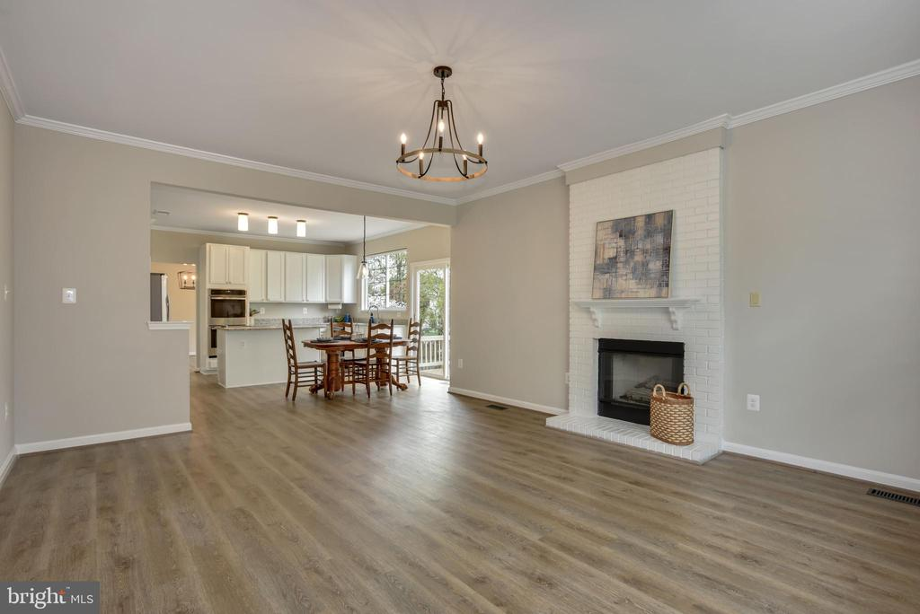 Family room open to kitchen - 20642 OAKENCROFT CT, ASHBURN
