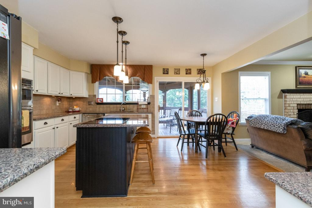 Beautiful upgraded kitchen with new SS appliances - 706 RANDI DR SE, LEESBURG