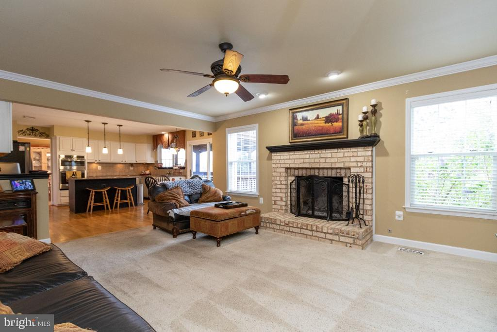 Large family room over looking kitchen - 706 RANDI DR SE, LEESBURG