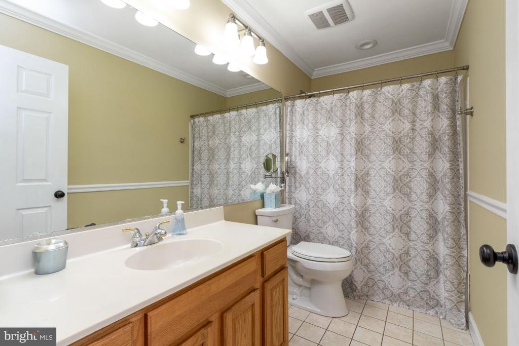 Upper level full bath with tub/shower - 706 RANDI DR SE, LEESBURG