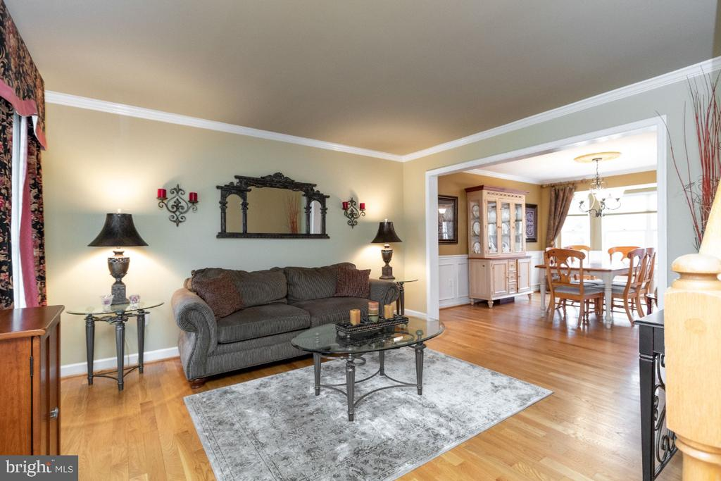 Living room with hardwood floors and crown molding - 706 RANDI DR SE, LEESBURG