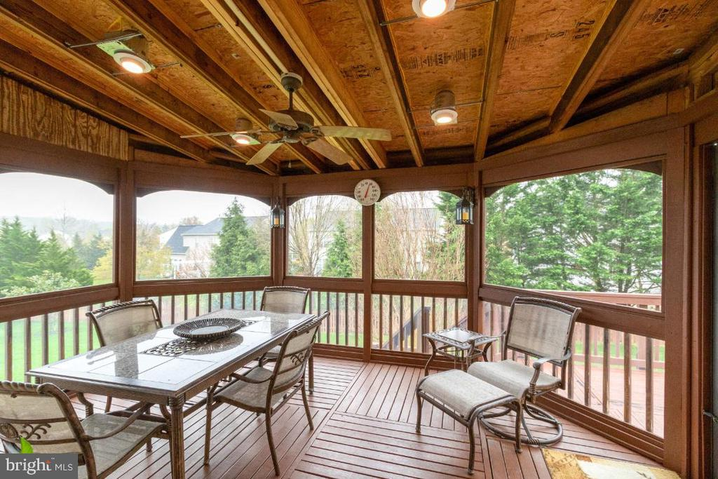 Spacious enclosed porch to entertain/eat dinner - 706 RANDI DR SE, LEESBURG