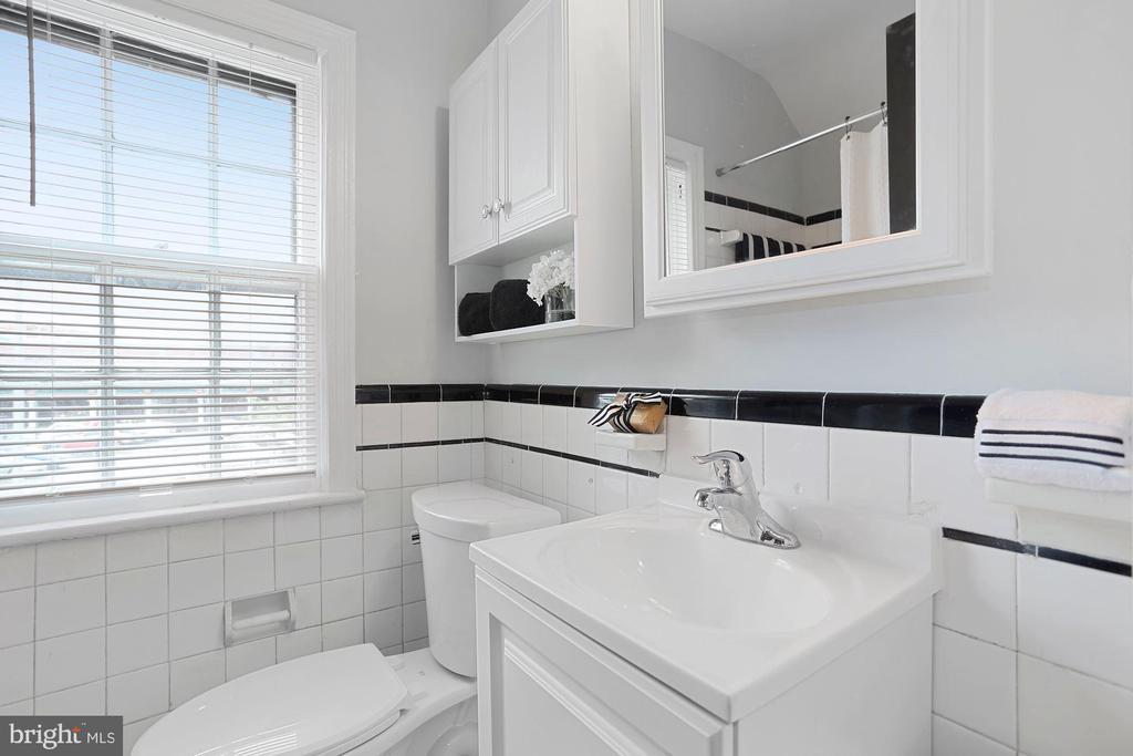 Full bath on upper level - 1033 N MONROE ST, ARLINGTON