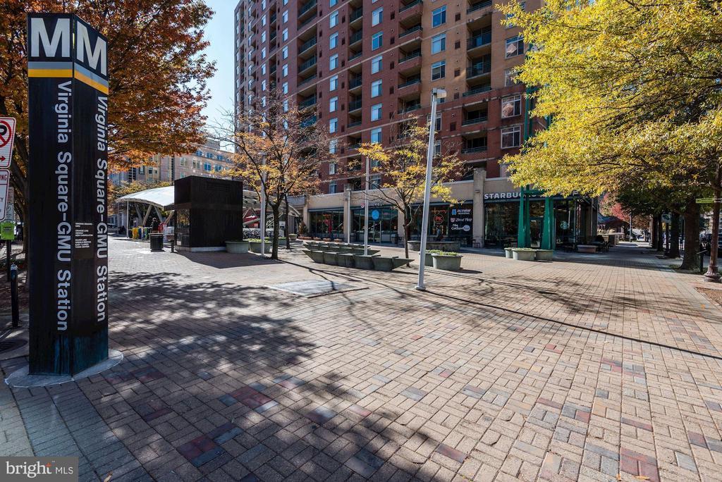 Five minute walk to metro - 1033 N MONROE ST, ARLINGTON