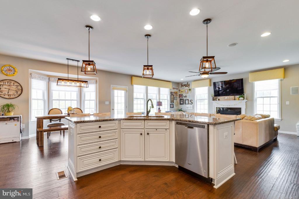 Gourmet Kitchen - 24215 CRABTREE CT, ALDIE