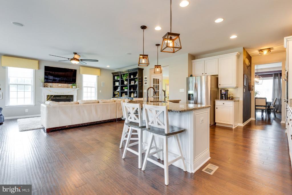 Gourmet Kitchen Overlooking the Family Room - 24215 CRABTREE CT, ALDIE