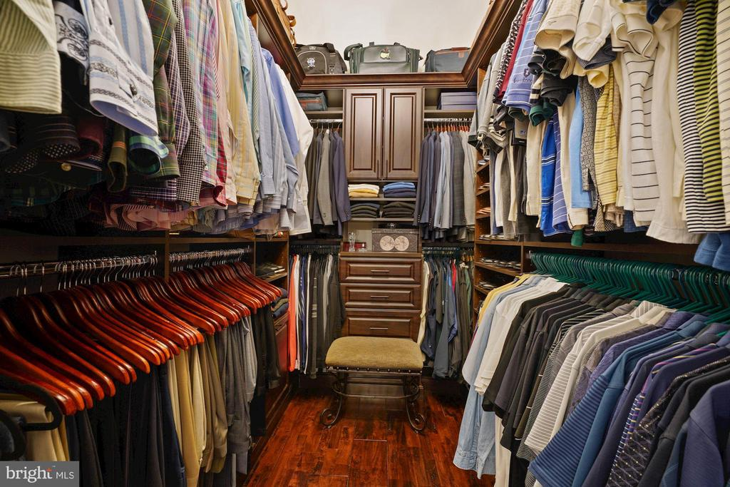 Owner's Closet with Built-in Dresser - 22608 CREIGHTON FARMS DR, LEESBURG