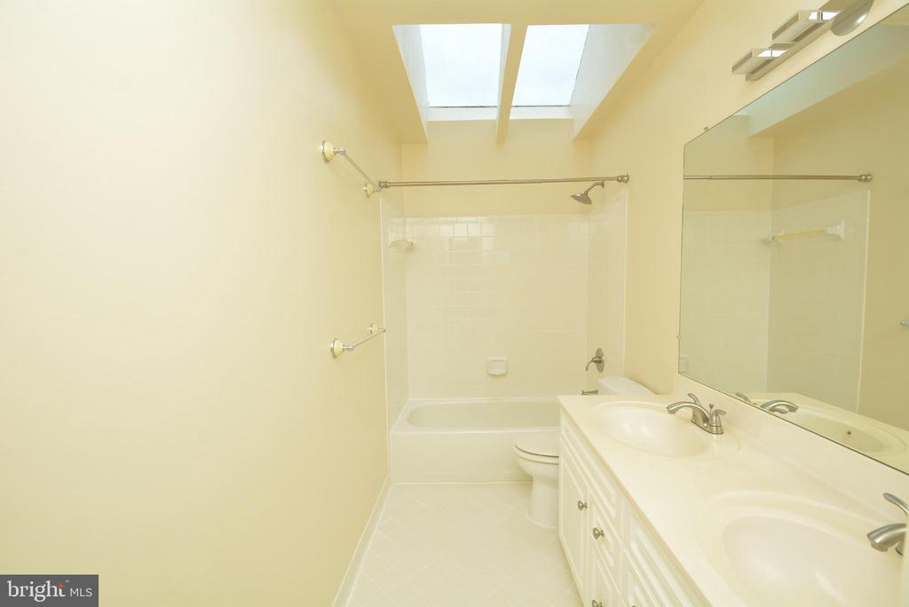 Hallway Bath - 10526 MEREWORTH LN, OAKTON
