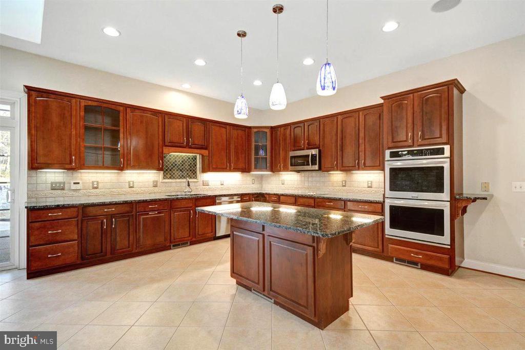 Stainless Steel Appliances & Granite Countertops.. - 14515 SHIRLEY BOHN RD, MOUNT AIRY