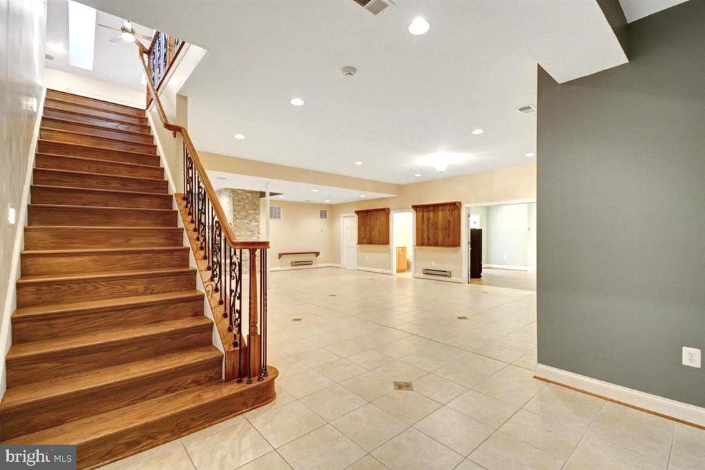 Elegant Sweeping Staircase to Lower Level - 14515 SHIRLEY BOHN RD, MOUNT AIRY