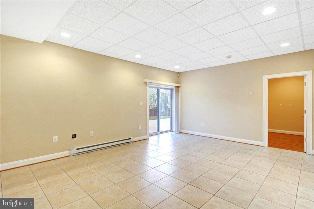 Apartment Sitting Room w/ Ceramic Tile Flooring - 14515 SHIRLEY BOHN RD, MOUNT AIRY