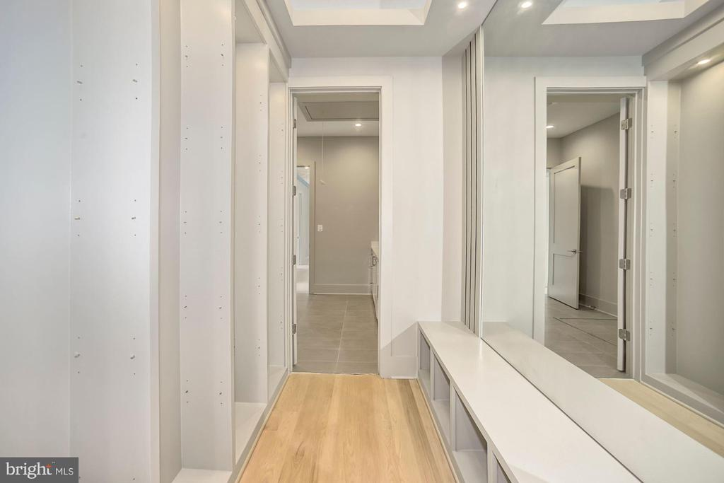 Additional section of master suite closet - 5800 37TH ST N, ARLINGTON