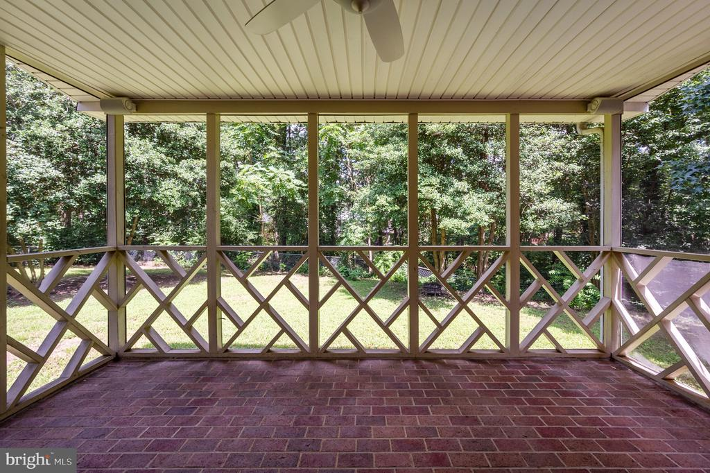 Large screen porch with brick - 330 TULIP CIR, FREDERICKSBURG