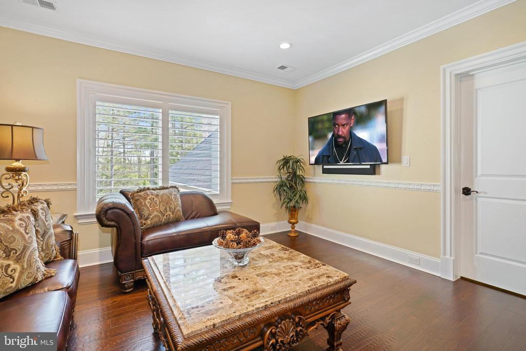 Spacious Sitting Room in Guest Suite - 22608 CREIGHTON FARMS DR, LEESBURG