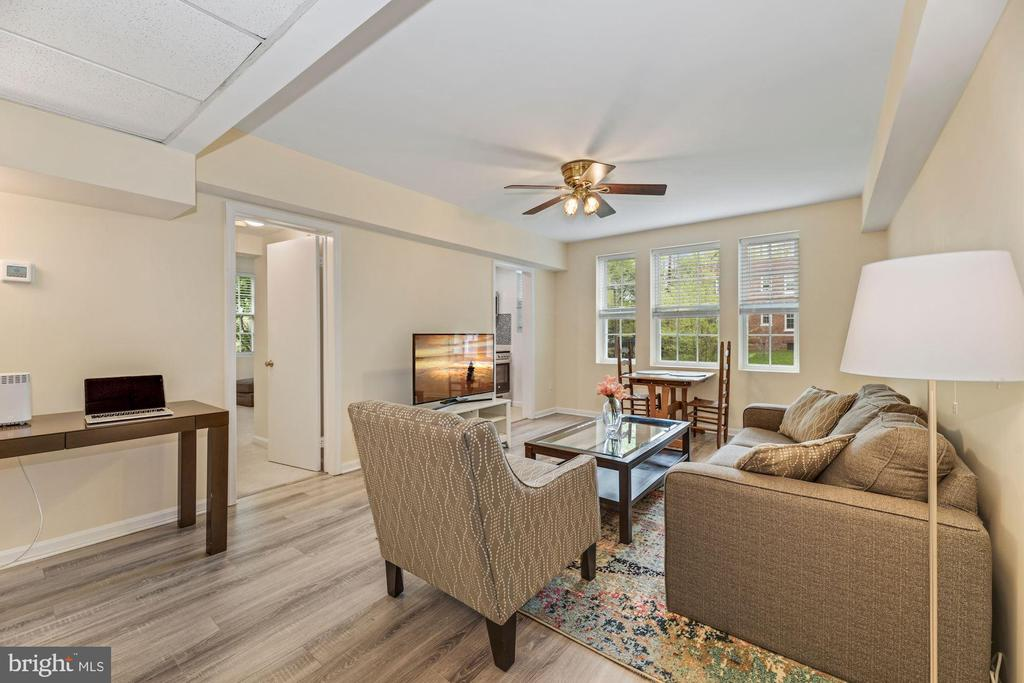 Large living/dining area - 1816 QUEENS LN #4-222, ARLINGTON