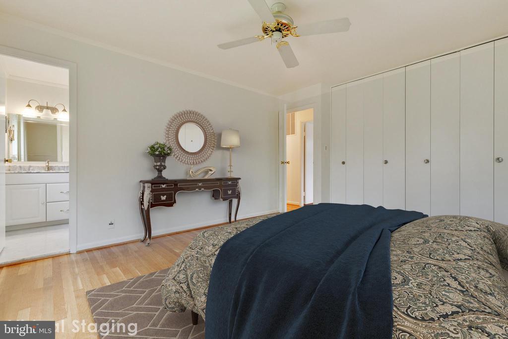 Dual closets and en-suite bathroom - 5041 KING RICHARD DR, ANNANDALE