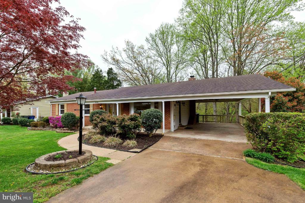 Oversized carport and more landscaping - 5041 KING RICHARD DR, ANNANDALE