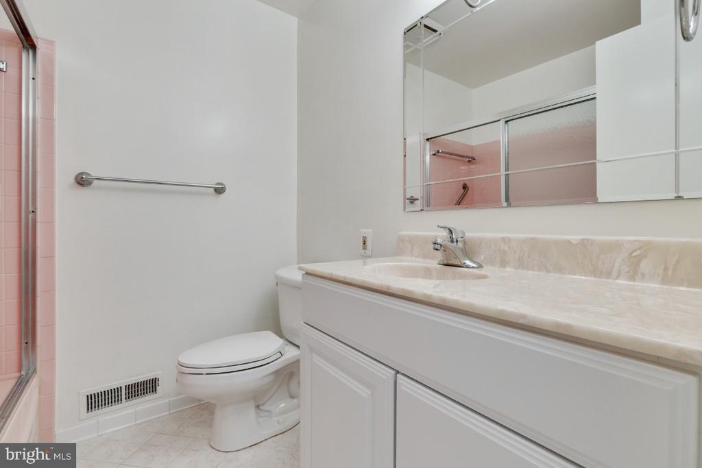 Upper level hall bathroom with updated vanity - 5041 KING RICHARD DR, ANNANDALE