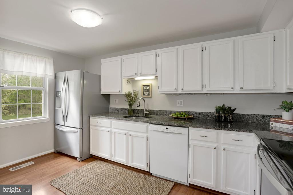 Ample Cabinet Space & Bosche Dishwasher - 81 SOUTHALL CT, STERLING