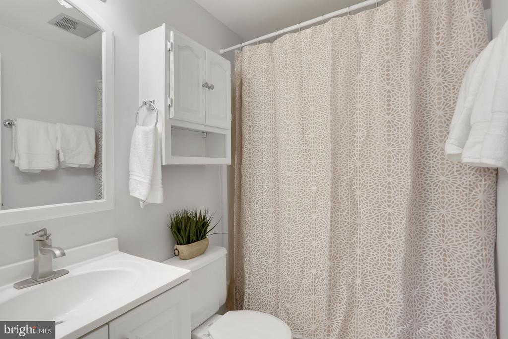 Primary Bathroom off of Master Bedroom - 81 SOUTHALL CT, STERLING