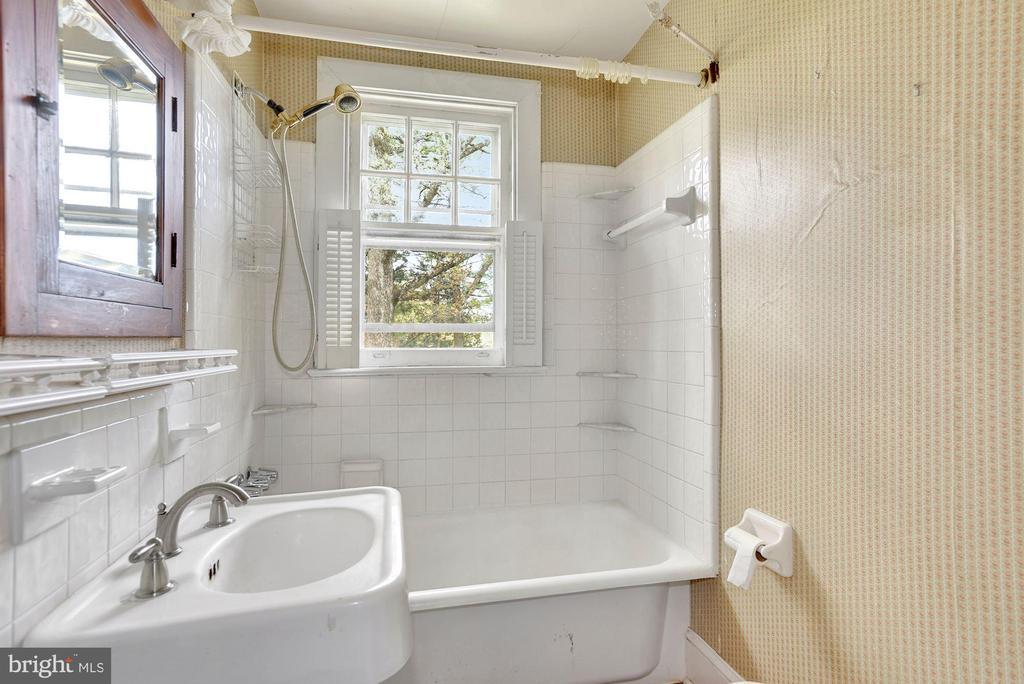 Full Bath on Upper Level - 415 S MAPLE AVE, PURCELLVILLE