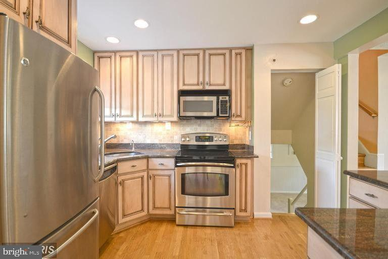South Unit Kitchen - 5806 FLANDERS ST, SPRINGFIELD