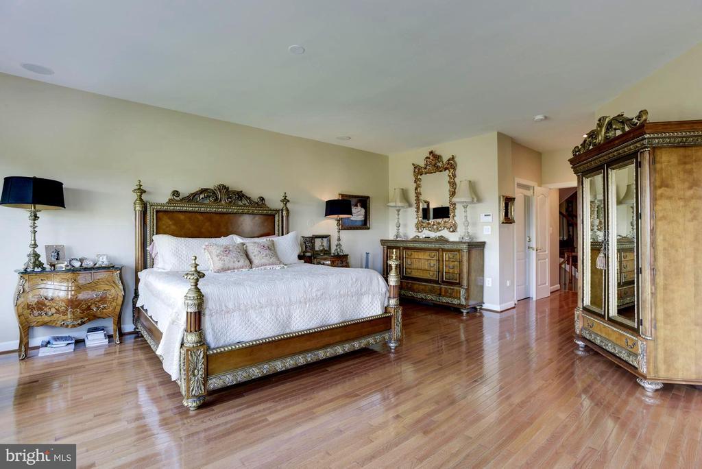 Beautiful Hardwood floors in Master Suite - 18362 FAIRWAY OAKS SQ, LEESBURG
