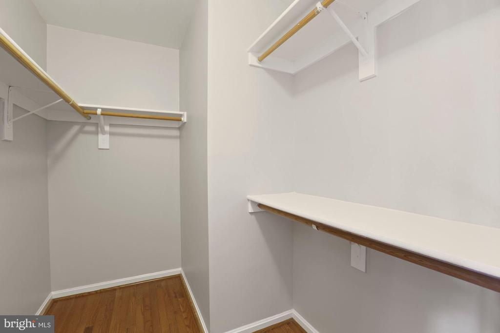 Huge walk-in closet master suite - 25532 GOVER DR, CHANTILLY