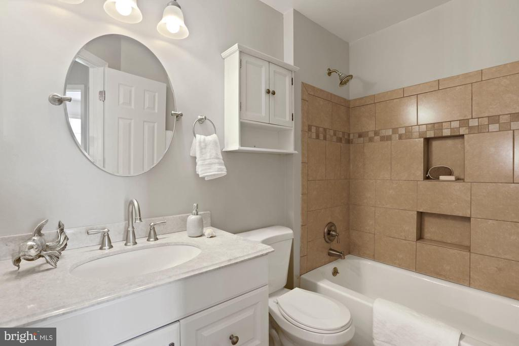 Renovated 2nd full bath, upper level - 25532 GOVER DR, CHANTILLY