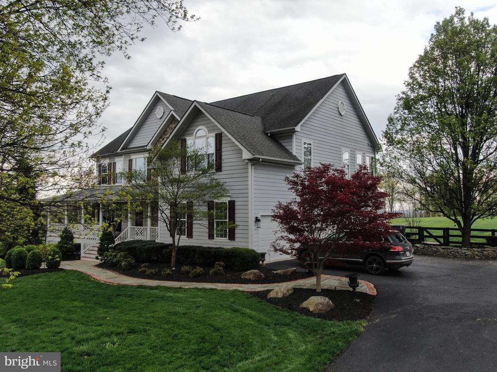 Luxurious landscaping! - 17628 STONEGAIT CT, ROUND HILL
