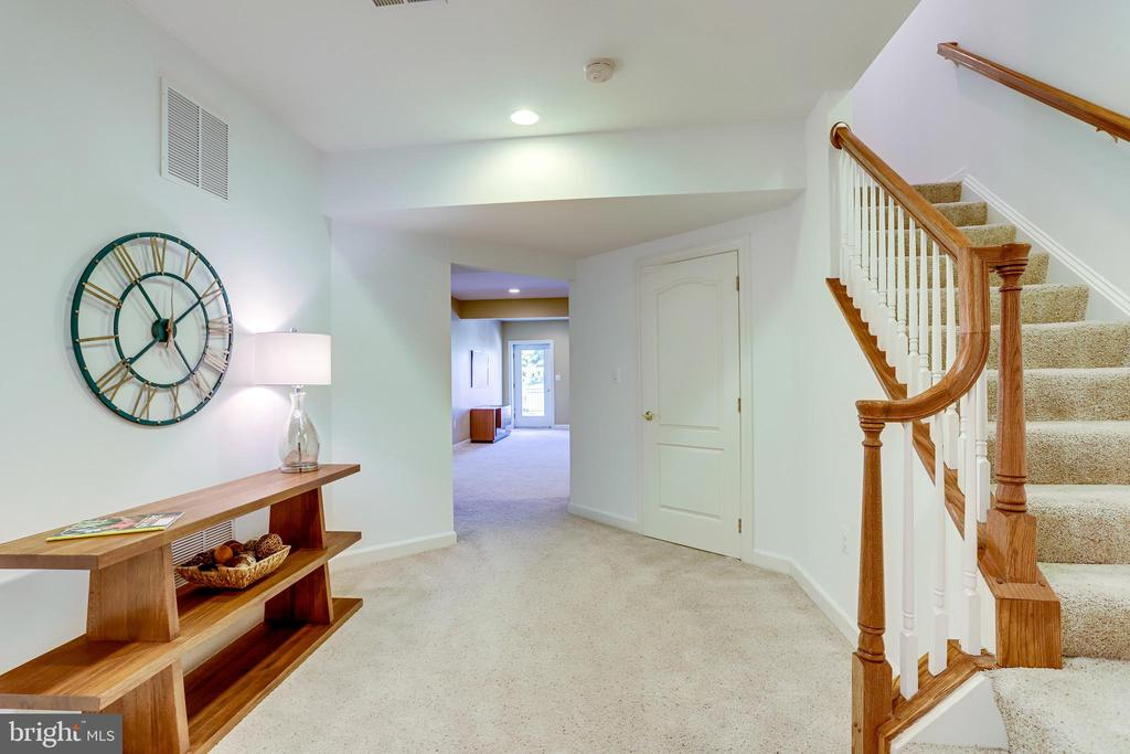 The lower level hall and staircase - 18359 EAGLE POINT SQ, LEESBURG