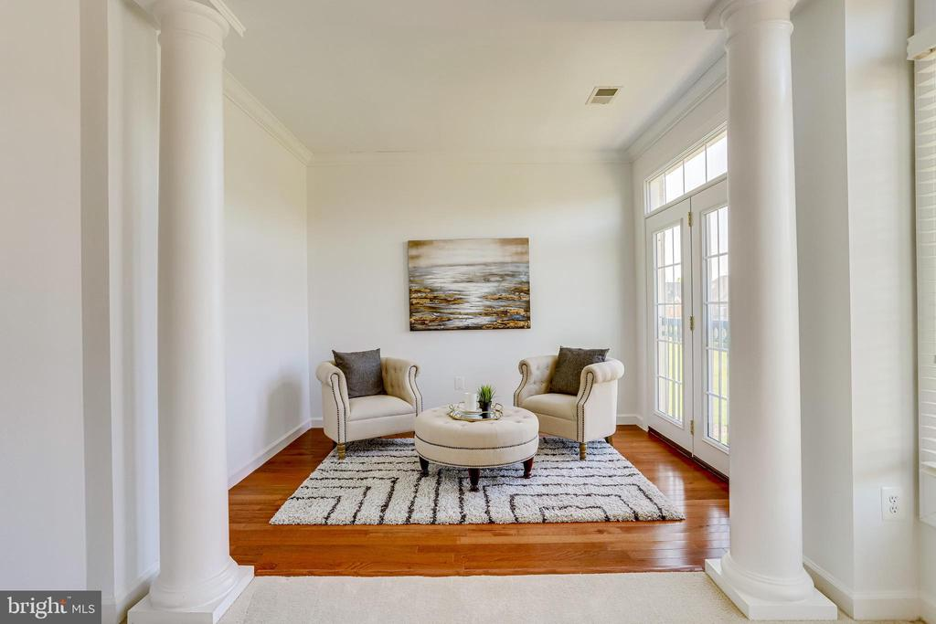 Sitting room is accented with columns - 18359 EAGLE POINT SQ, LEESBURG