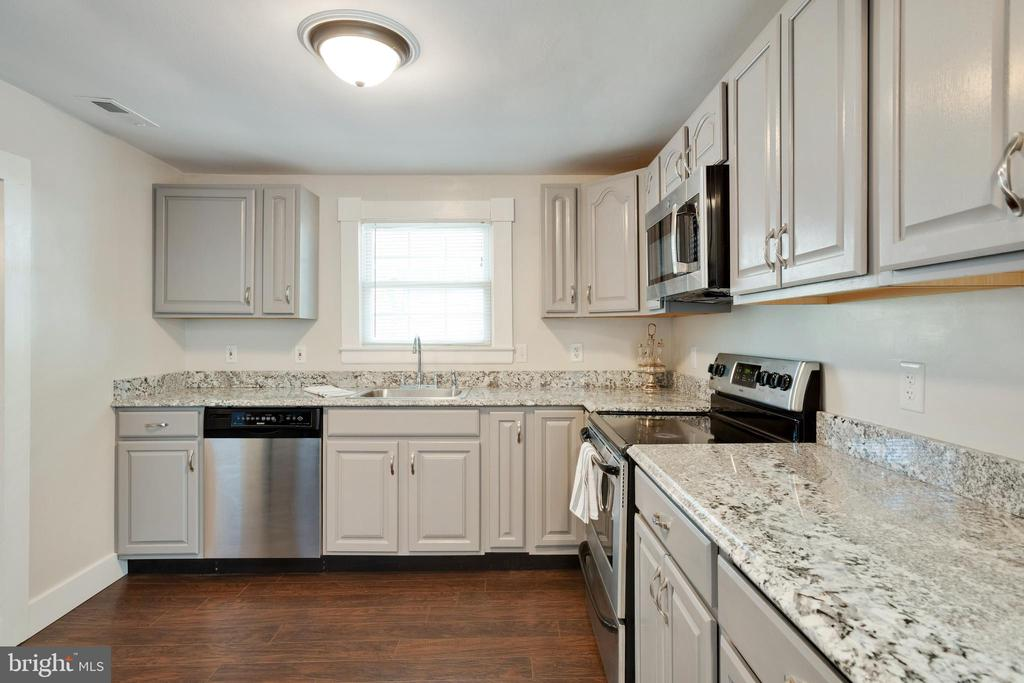 New stainless steel appliances - 1951 MILLWOOD RD, MILLWOOD