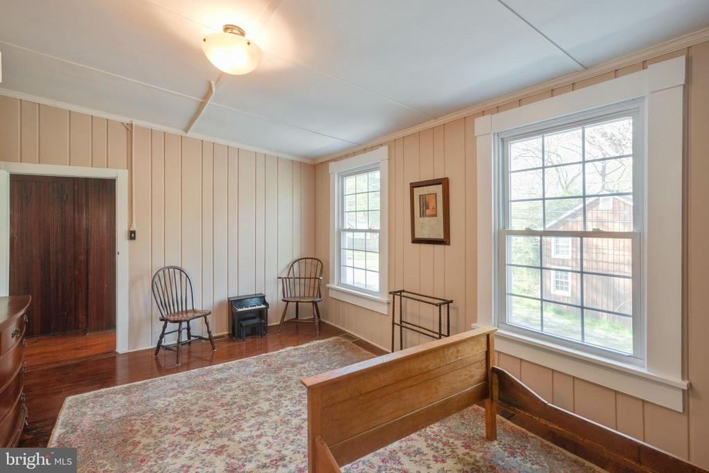 Lots of natural lighting - 1951 MILLWOOD RD, MILLWOOD