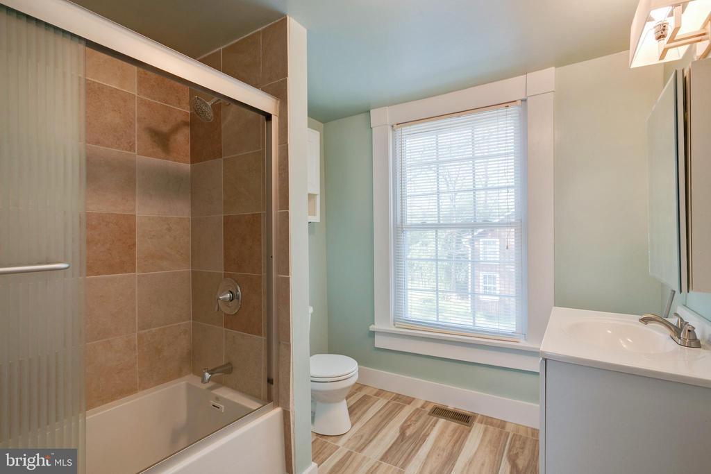 Upper Bathroom - 1951 MILLWOOD RD, MILLWOOD