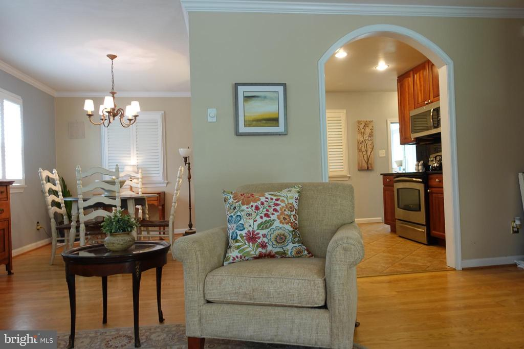 Welcome home! This updated home is ready for you! - 4132 ADDISON RD, FAIRFAX