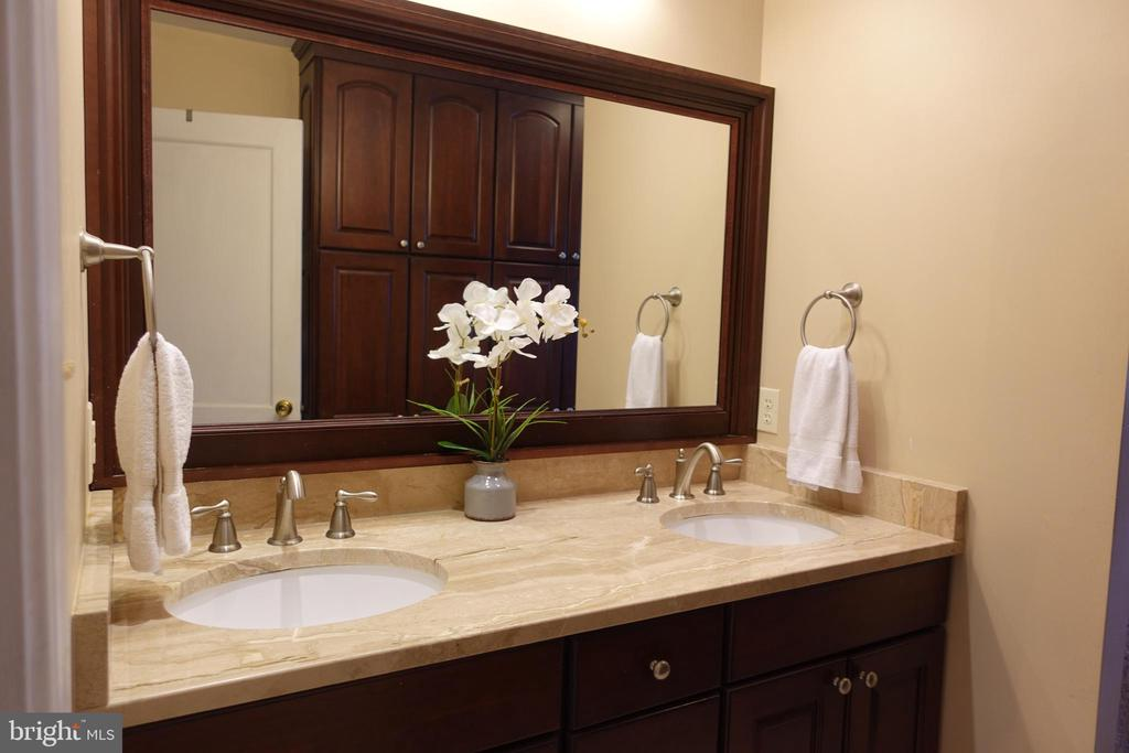 Smart bathroom updates! Beautiful! - 4132 ADDISON RD, FAIRFAX