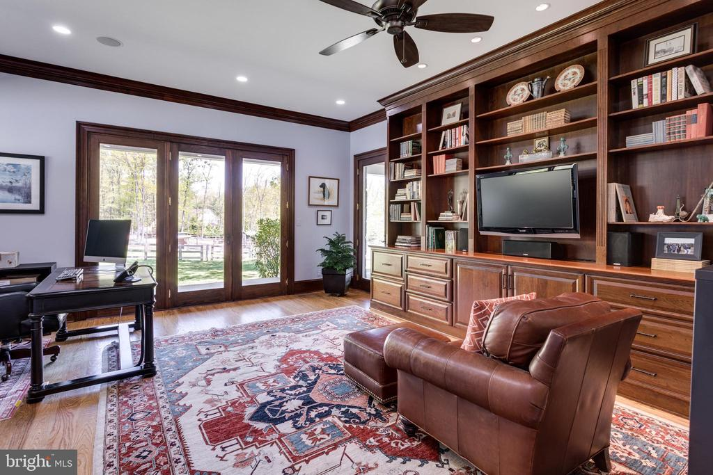 Office w/ Built-ins & direct porch access - 815 BLACKS HILL RD, GREAT FALLS