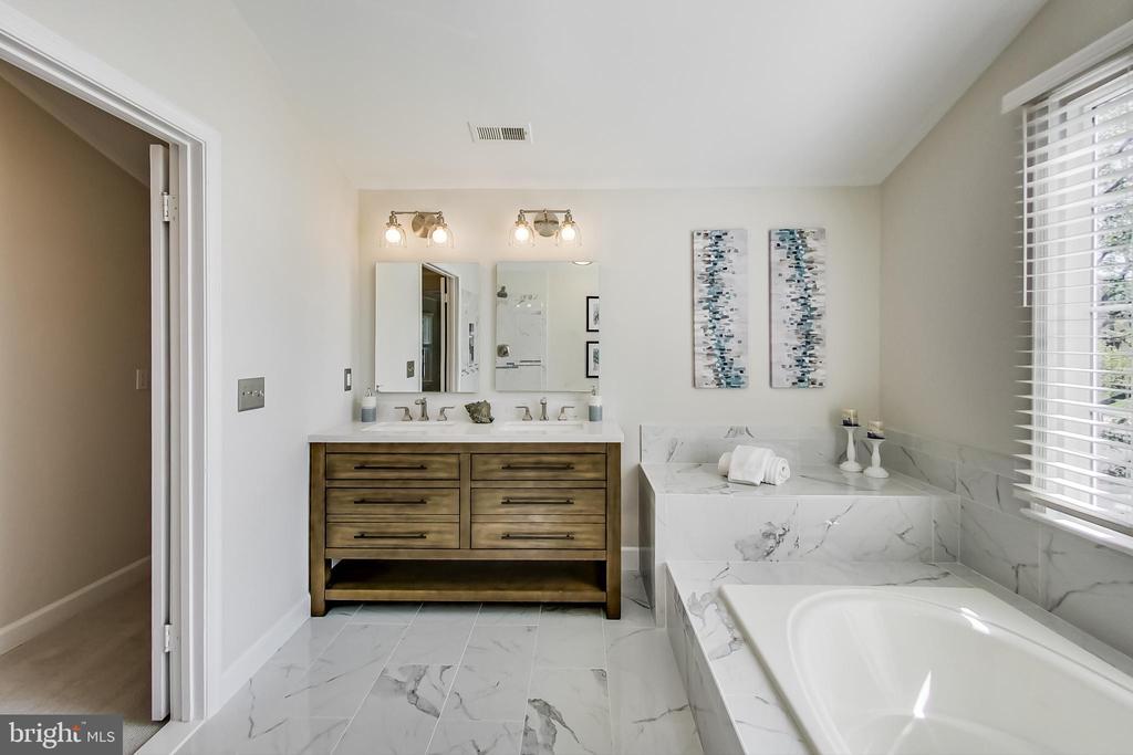 Dual Vanity, Oversized Shower and Sep. Soaking Tub - 12600 HOMEWOOD WAY, FAIRFAX