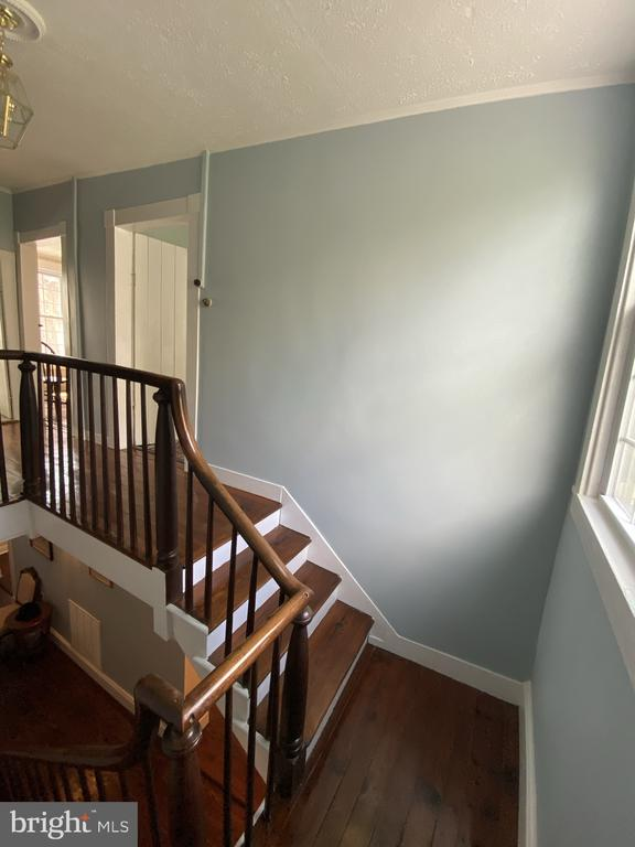Original turned staircase - 1951 MILLWOOD RD, MILLWOOD