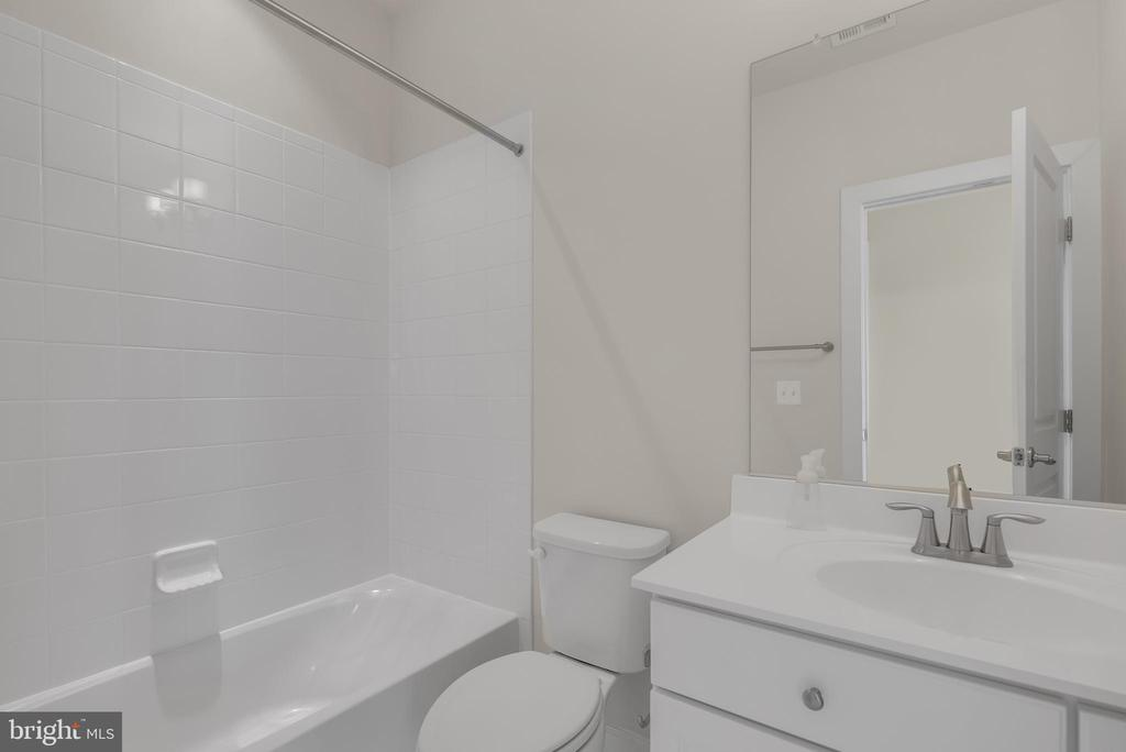 Top floor bathroom - 11357 RIDGELINE RD, FAIRFAX