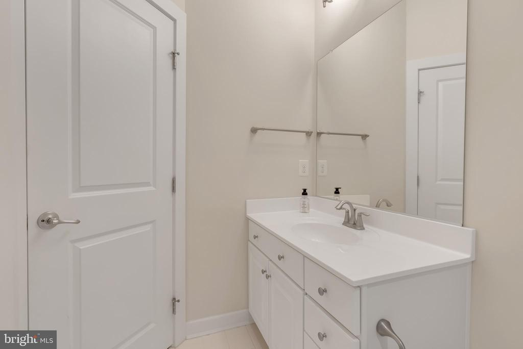 Second floor bathroom - 11357 RIDGELINE RD, FAIRFAX
