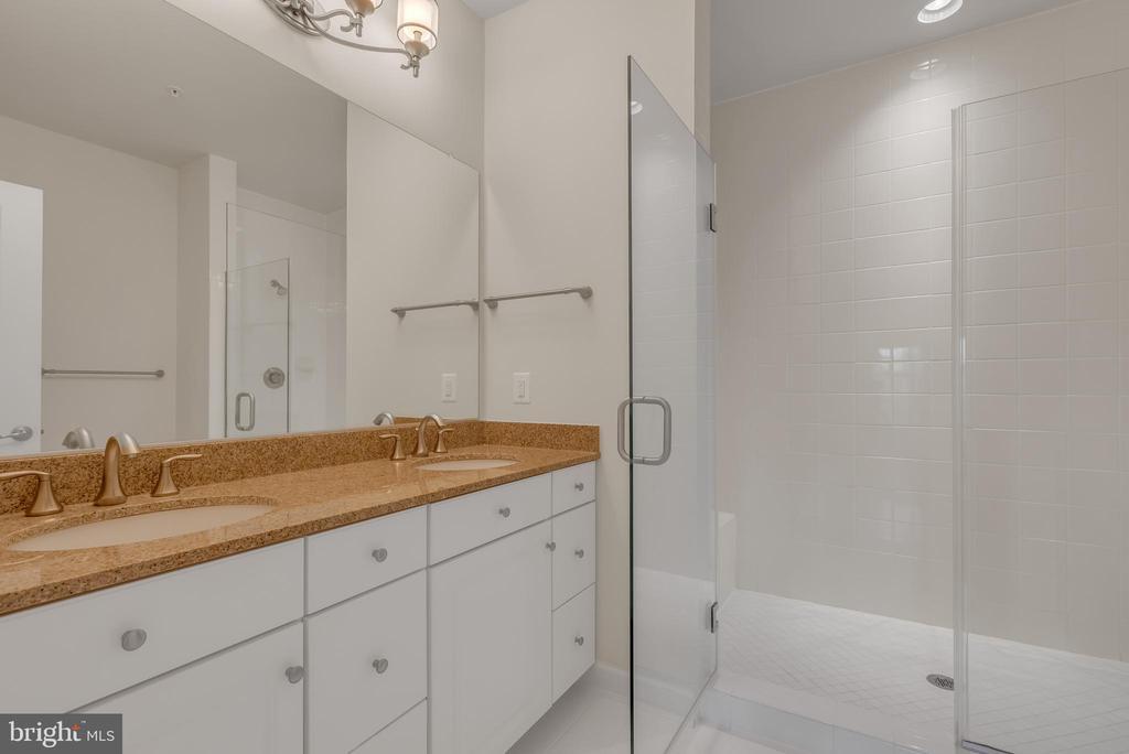Primary bathroom en-suite - 11357 RIDGELINE RD, FAIRFAX