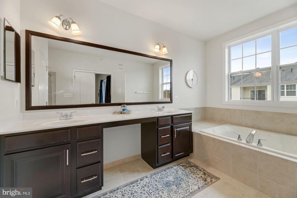 Primary Bathroom - Absolutely HUGE! Dual Vanities! - 43213 THOROUGHFARE GAP TER, ASHBURN