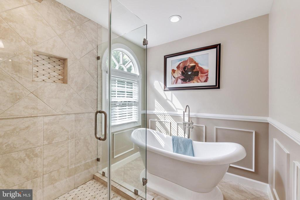 Primary Suite Bath - Sep Shower & Soaking Tub - 16660 MALORY CT, DUMFRIES