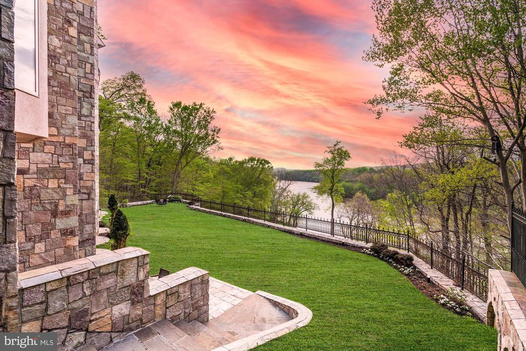 The Most Special Sunsets - 612 RIVERCREST DR, MCLEAN