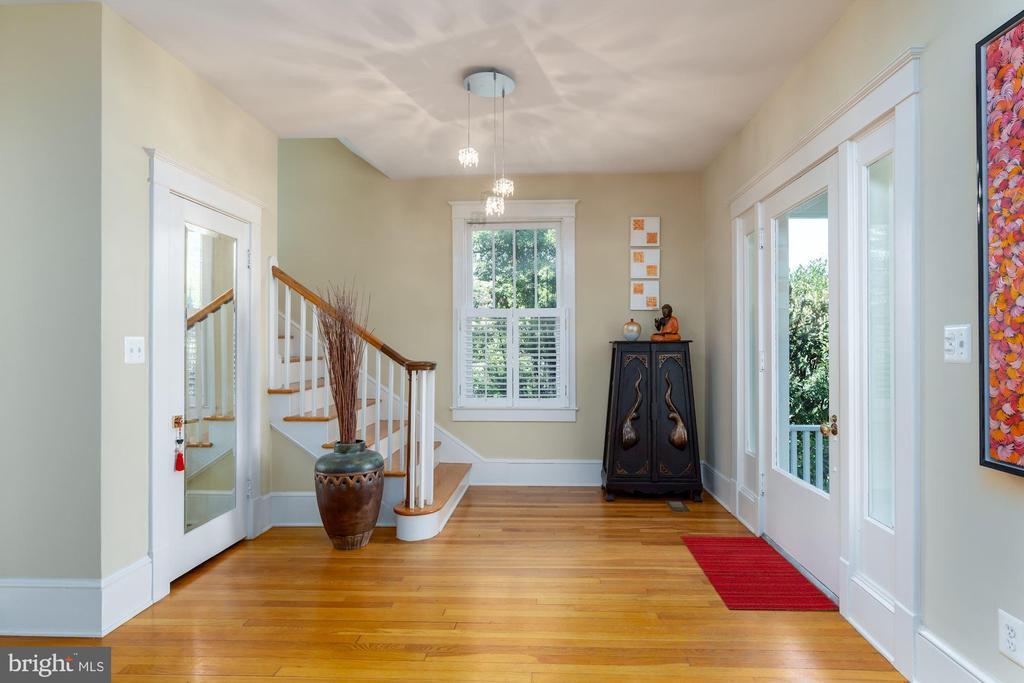 Wide Entryway & Foyer - 224 N JACKSON ST, ARLINGTON